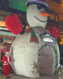 A giant snowman serving as an entry gate :-I