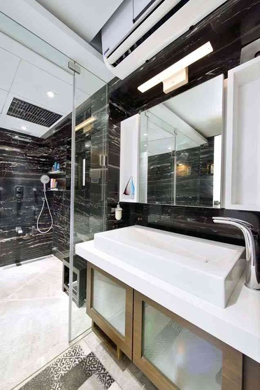 LUXURIOUS TOILET WITH BLACK AND WHITE THEME