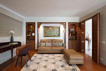 The private den exhibits the traditional character complimented by modern furniture.